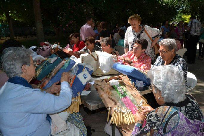 Almagro El Encuentro Nacional de Encajeras reune a más de trescientas cincuenta almohadillas