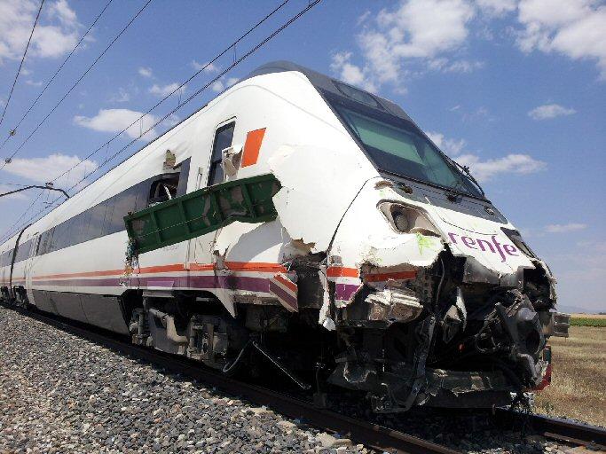 Cuatro heridos leves tras el choque de un tren con el remolque de un tractor en el tramo  Daimiel-Manzanares