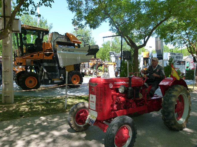 Manzanares Un Farmall de más de 60 años, en la IX Concentración de Tractores Antiguos