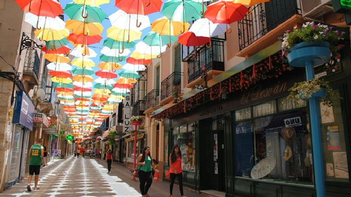 El Ayuntamiento de Valdepeñas cede sus paraguas para recaudar fondos para la Asociación de Familiares y Enfermos de Alzheimer