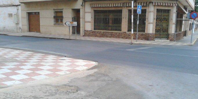 El PSOE de Moral de Calatrava denuncia que los pasos de peatones sin pintar elevan la peligrosidad en la carretera que cruza la localidad