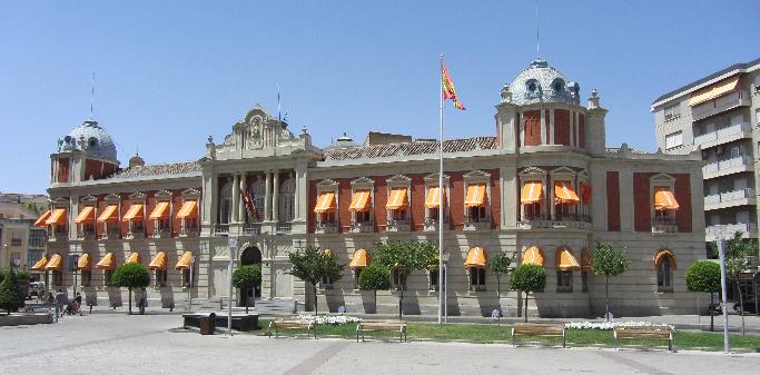 La Diputación Provincial concede becas de ayuda a comedor, libros y material escolar por falta de ayudas del gobierno regional
