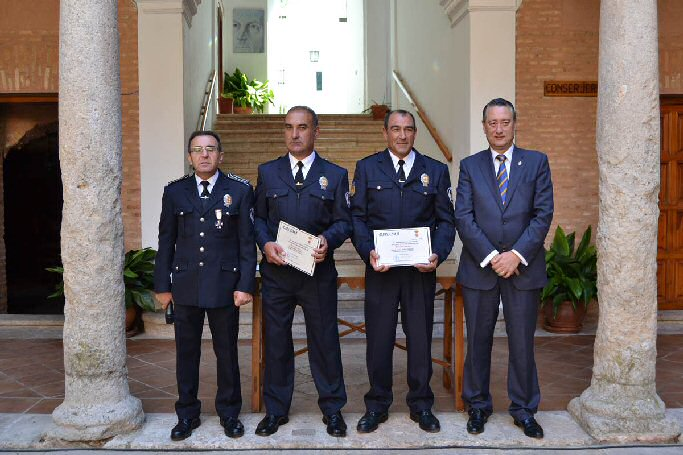 El Ayuntamiento de Almagro reconoce a los agentes de la Policía Local que detuvieron a un ladrón y salvaron la vida a una vecina el pasado año