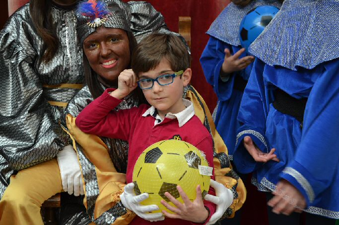 Almagro, los Reyes Magos reparten balones a todos los niños