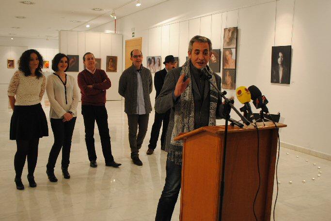 """Valdepeñas El alcalde inauguró en La Confianza la exposición fotográfica de """"Group of artists"""""""