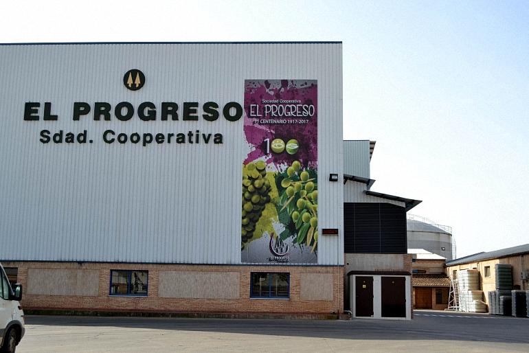 La Cooperativa El Progreso de Villarrubia y el Restaurante El Bodegón placas al Mérito Regional de Castilla La Mancha