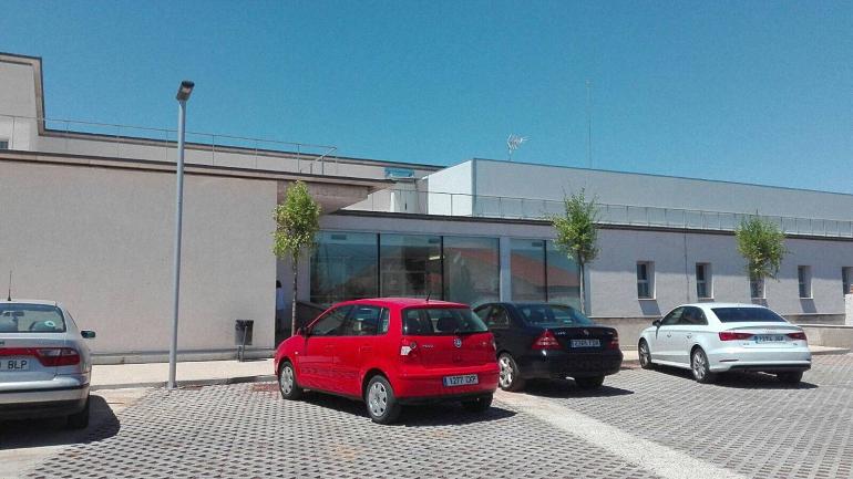 Bolaños El Ayuntamiento planta once árboles en el Centro de Salud con el fin de dotar de más sombra los aparcamientos de este centro