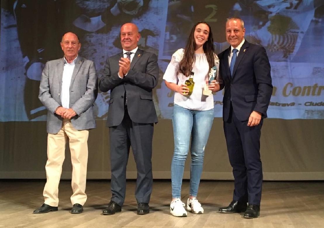 Jimena Laguna recibe el galardón a la mejor jugadora juvenil de Castilla La mancha en la XV Gala del Balonmano