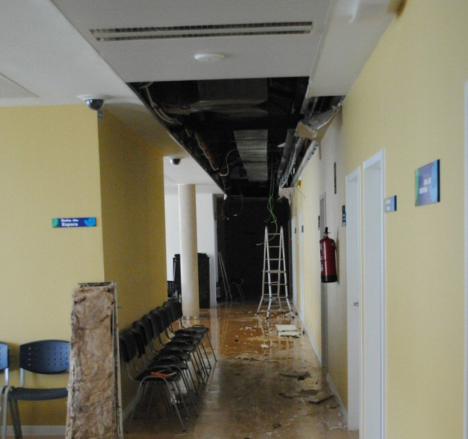 Almagro La rotura de una tubería provoca el desprendimiento de varias placas del falso techo en el Centro de Salud