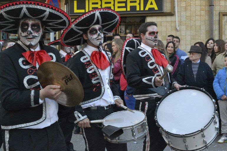 Daimiel Más de 1.000 personas ponen color al desfile de carrozas, charangas y peñas