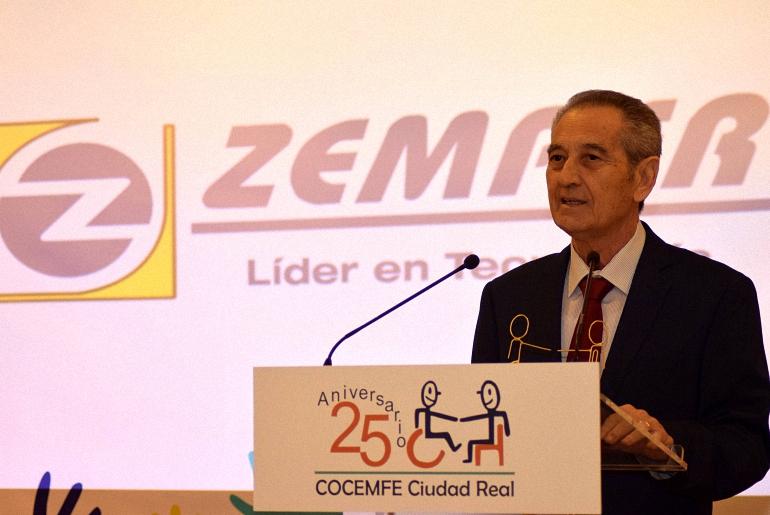 almagro-aurelio-espinosa-recogio-el-reconocimiento-a-la-fidelidad-empresarial-otorgado-a-electro-zemper-en-el-25-aniversario-de-cocemfe-ciudad-real