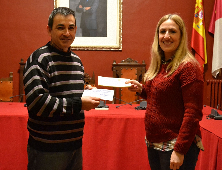 Almagro El afortunado de la campaña de Navidad de Apoyo al Comercio Local recibe su premio valorado en más de 700 euros