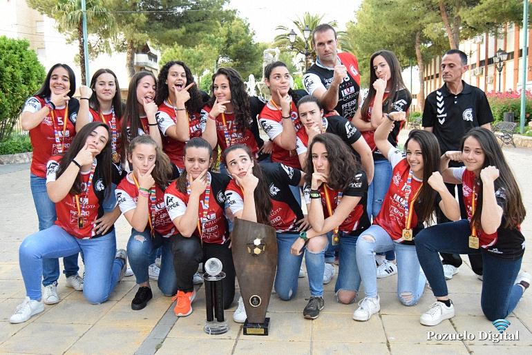 Las Espartanas ya están en casa con la medalla de oro y la copa de Campeonas de España