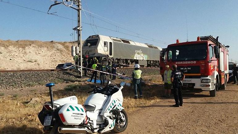 Almagro Dos fallecidos al ser su coche arrollado por un tren de mercancias en un paso a nivel sin barreras