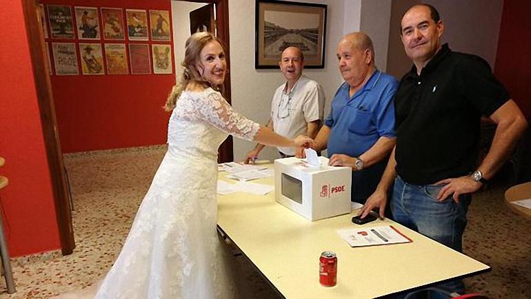 La concejal socialista María Jesús Villaverde Malagón votó este sábado en las primarias recién casada